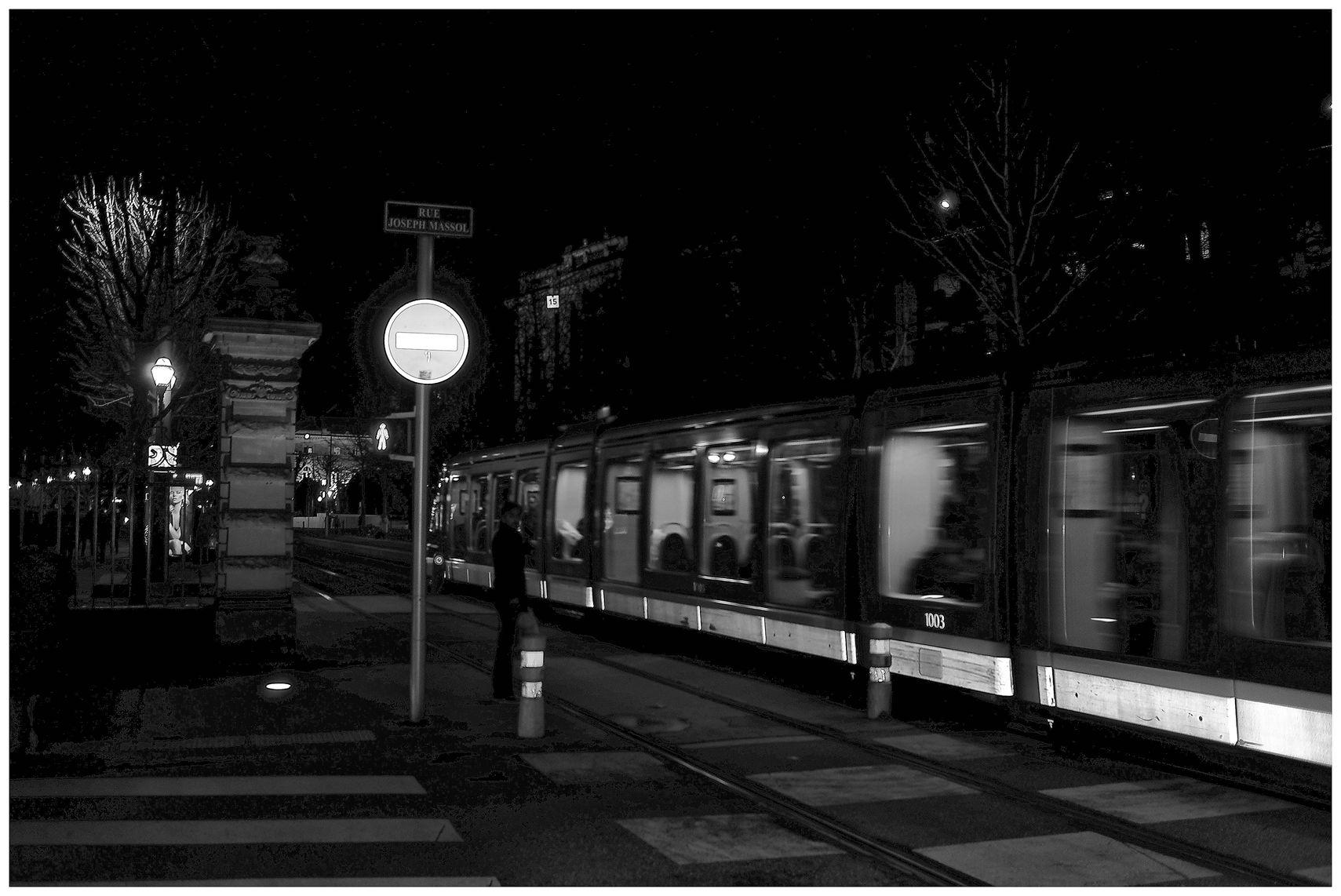 tramway de Strasbourg la nuit devant le TNS