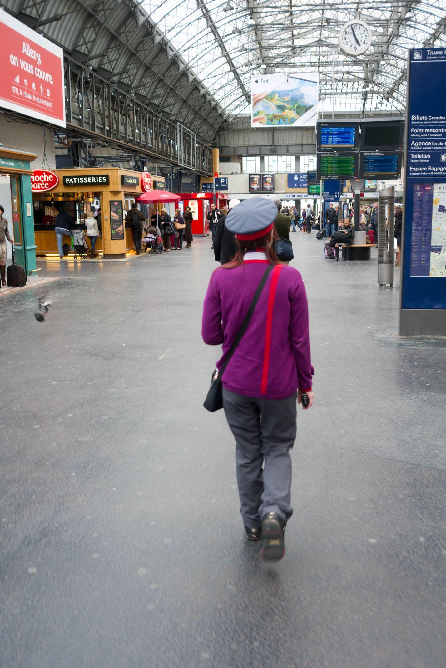 PHOTOGRAPHIER PARIS, LA CONTROLEUSE DE LA GARE DE L'EST