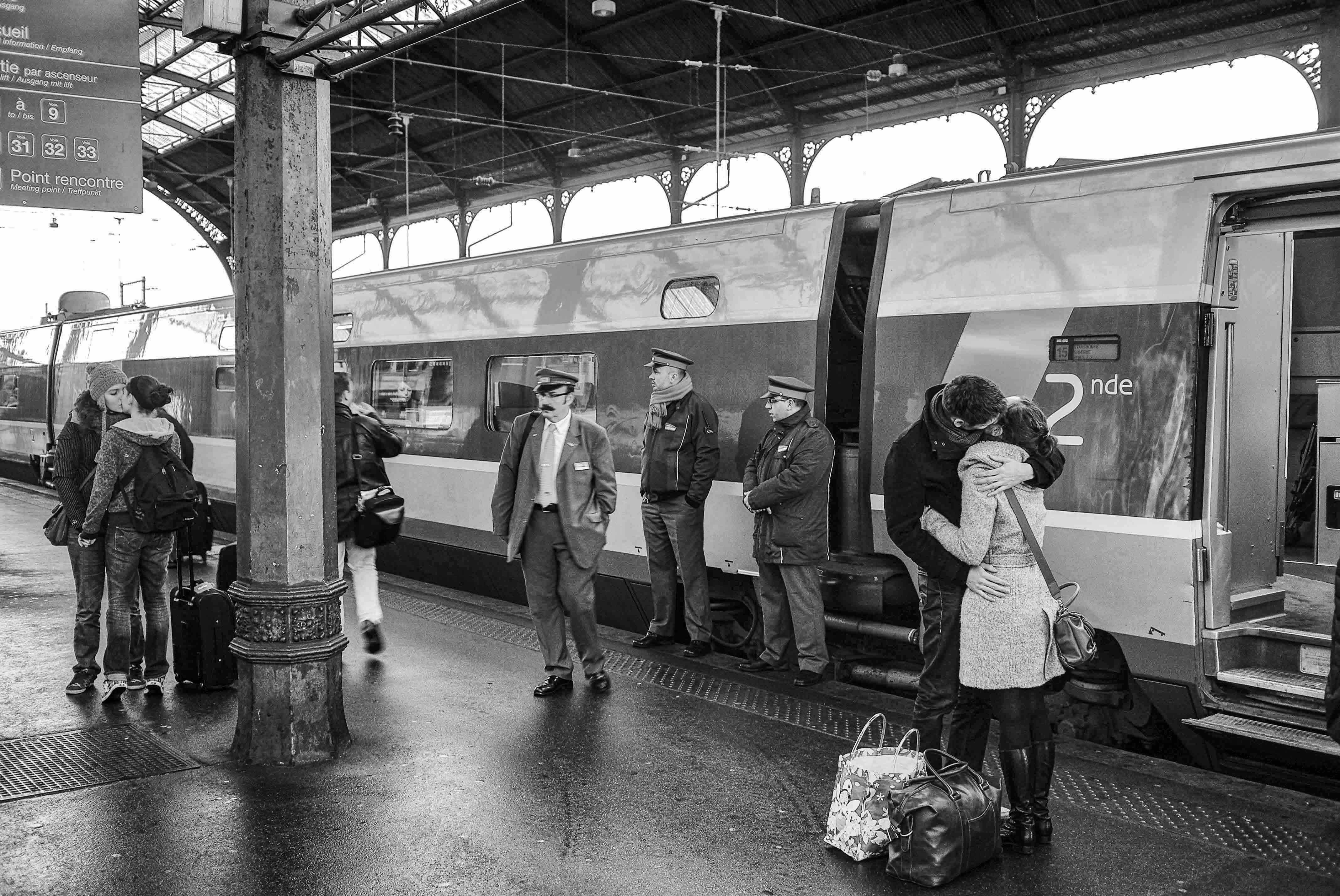 PHOTOGRAPHIER DEUX COUPLE, SÉPARATION DE VANT LE TGV, GARE DE STRASBOURG, AMSACE