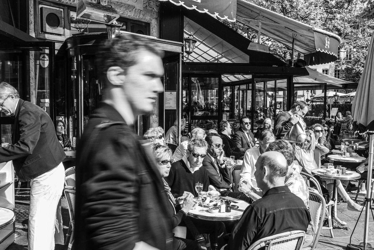 PHOTOGRAPHIER PARIS, LES DEUX MAGOTS, SAINT GERMAIN DES PRES, LE PASSANT