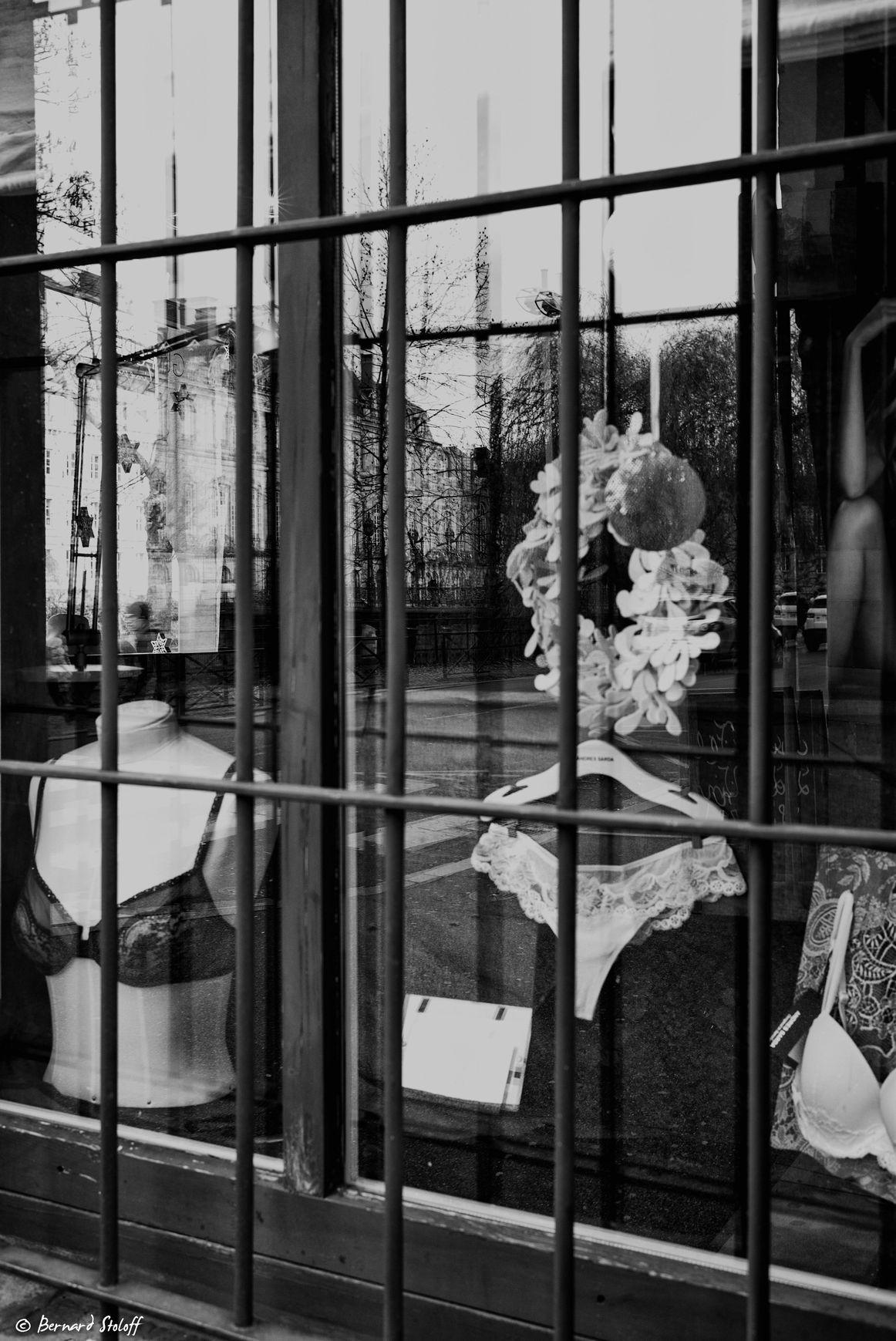 PHOTGRAPHIER LE MAGASIN DE LINGERIE, QUAI DES BATELIERS, STRASBOURG, ALSSACE