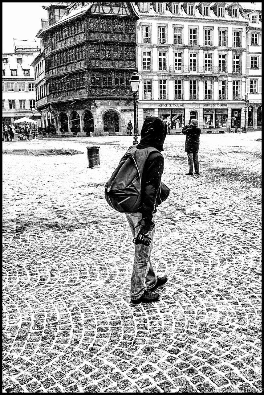 photographier le touriste face à la cathédrale de strasbourg millénaire