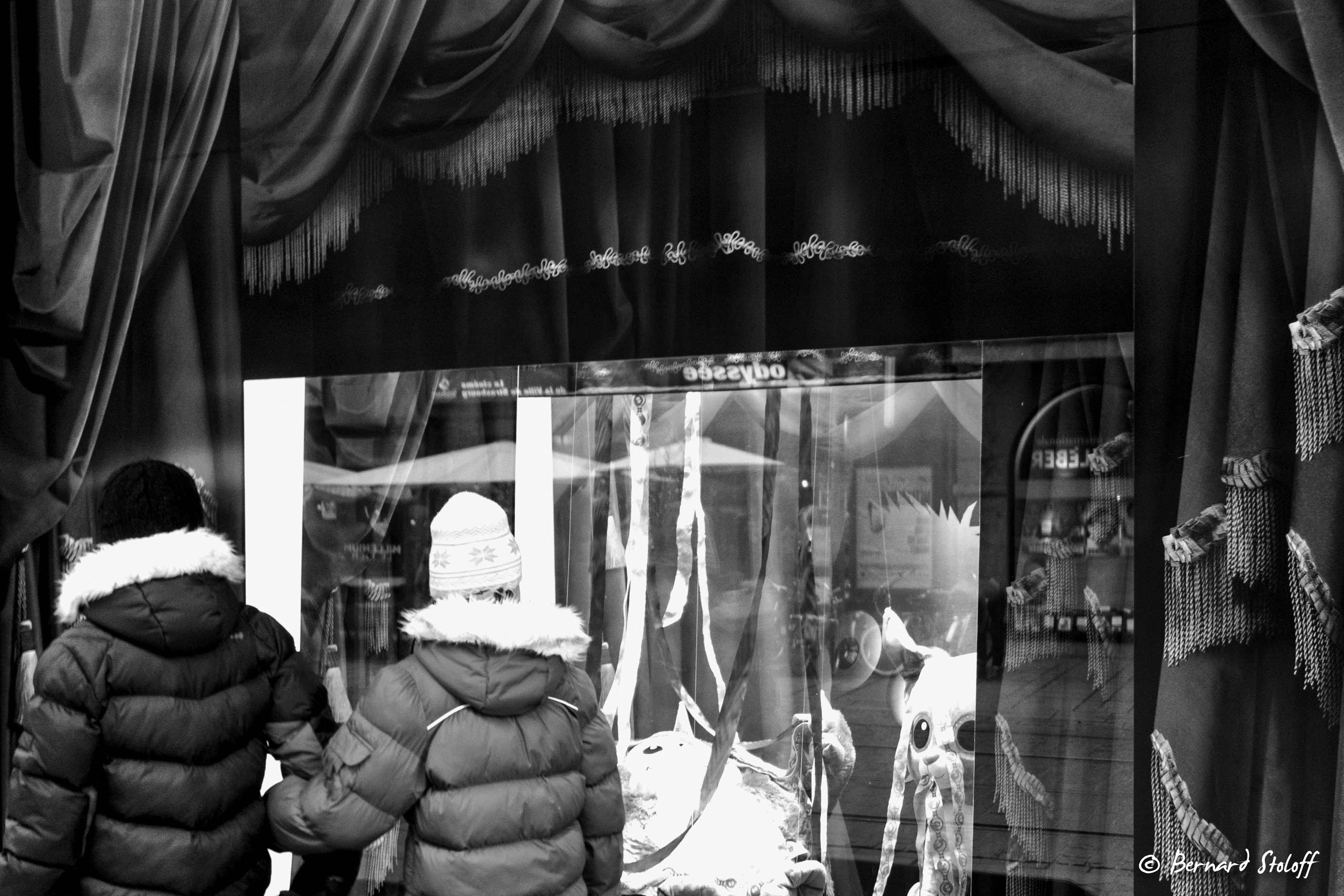 PHOTOGRAPHIER LA VITINE DE NOEL ET LES ENFANTS, STRASBOURG, ALSACE