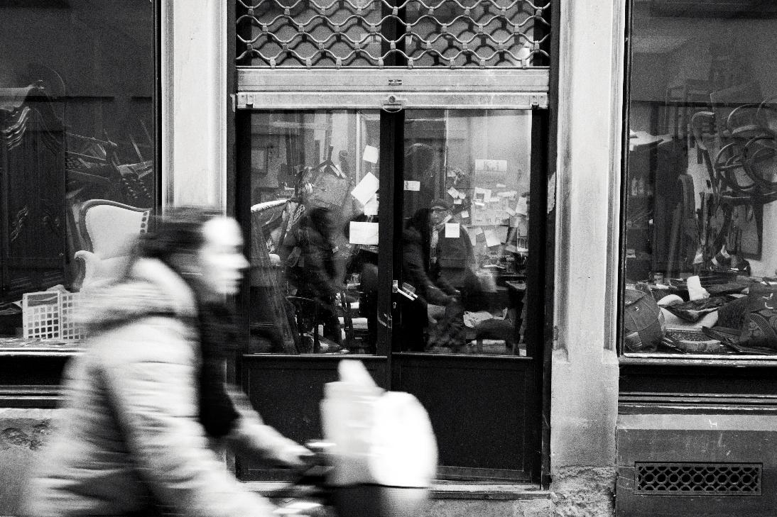 l'ébebiste et ses clients dan la rue du bouclier, quartier protestant de strabourg, église reformée d'Alsace