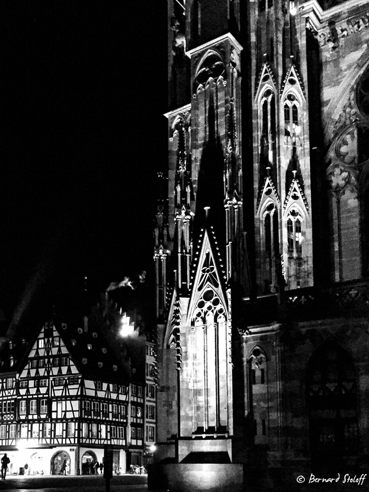 Nuit et fumées sur la cathédrale de Strasbourg.